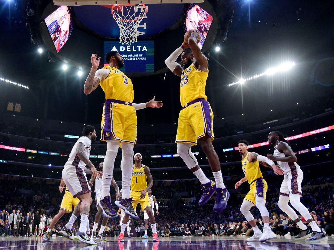 NBA Top Shot, la plataforma blockchain, donde los fans del baloncesto pueden comprar, vender e intercambiar las versiones tokenizadas de los momentos y las jugadas más destacadas de los partidos de la NBA.